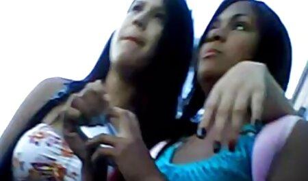 Angie Emerald abre maduras españolas videos sus piernas frente al fotógrafo con una checa de ojos azules