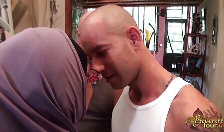 El desafortunado árbitro tuvo que follar a dos gordas gordas en el sexo anal gratis en español ring